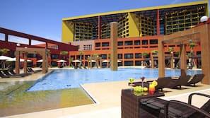 室內泳池、季節性室外泳池;躺椅