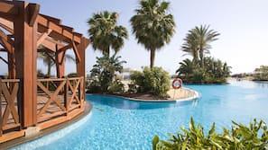 3 piscines extérieures, parasols de plage, chaises longues