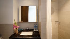 Shower, rainfall showerhead, free toiletries