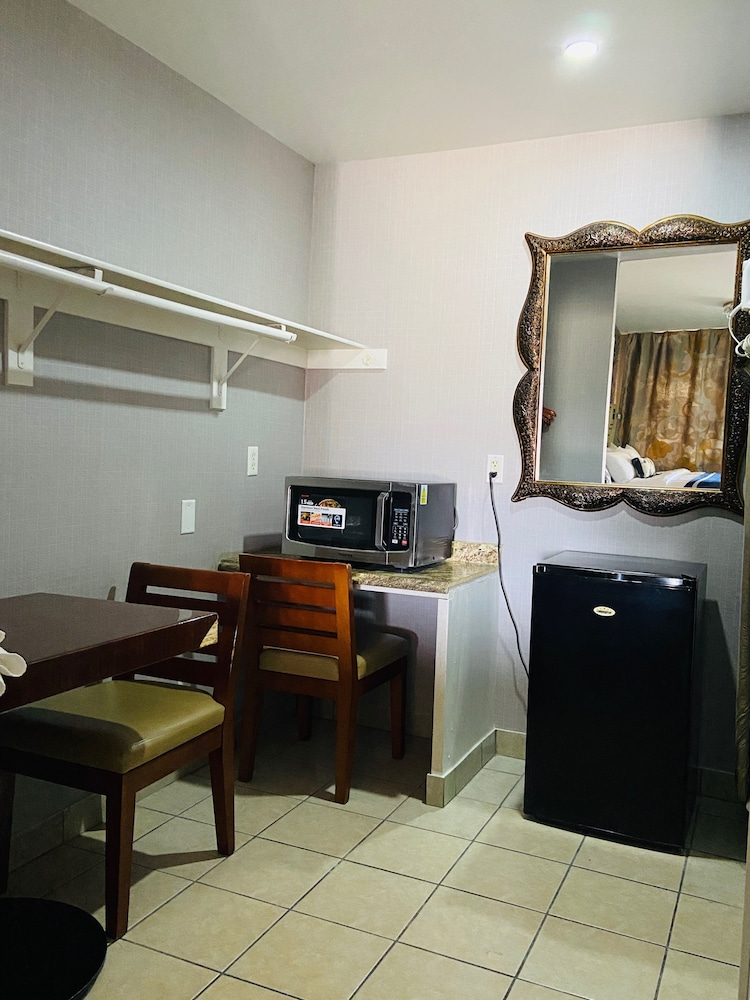 In-Room Dining, Crown Motel