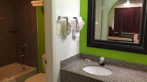Combined shower/bathtub, free toiletries