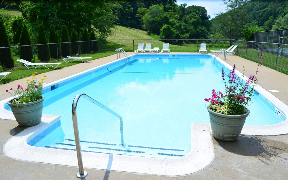 Outdoor Pool, The Inn at Gristmill Square