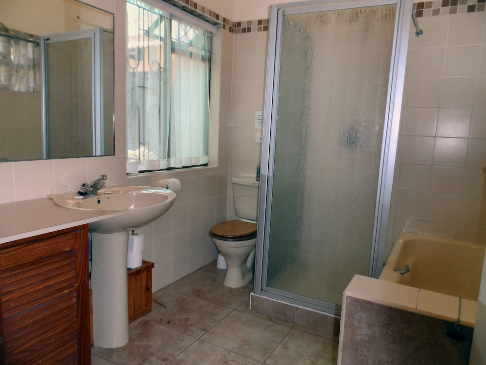 Book mdoni house guest lodge port shepstone hotel deals for Z gallerie bathroom guest book