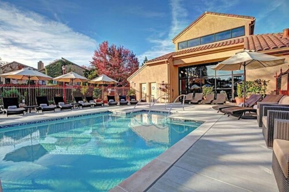 Outdoor Pool, Vintners Resort
