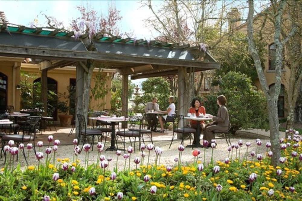Outdoor Dining, Vintners Resort
