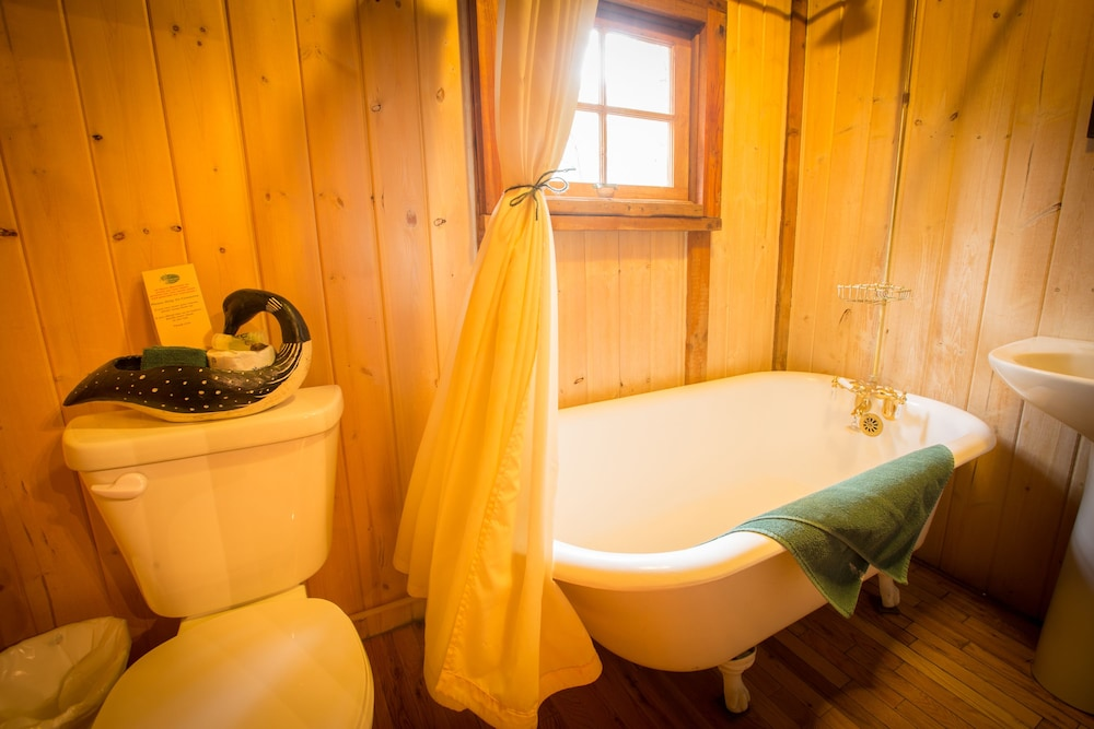 Bathroom Amenities, Storm Mountain Lodge Cabins & Dining