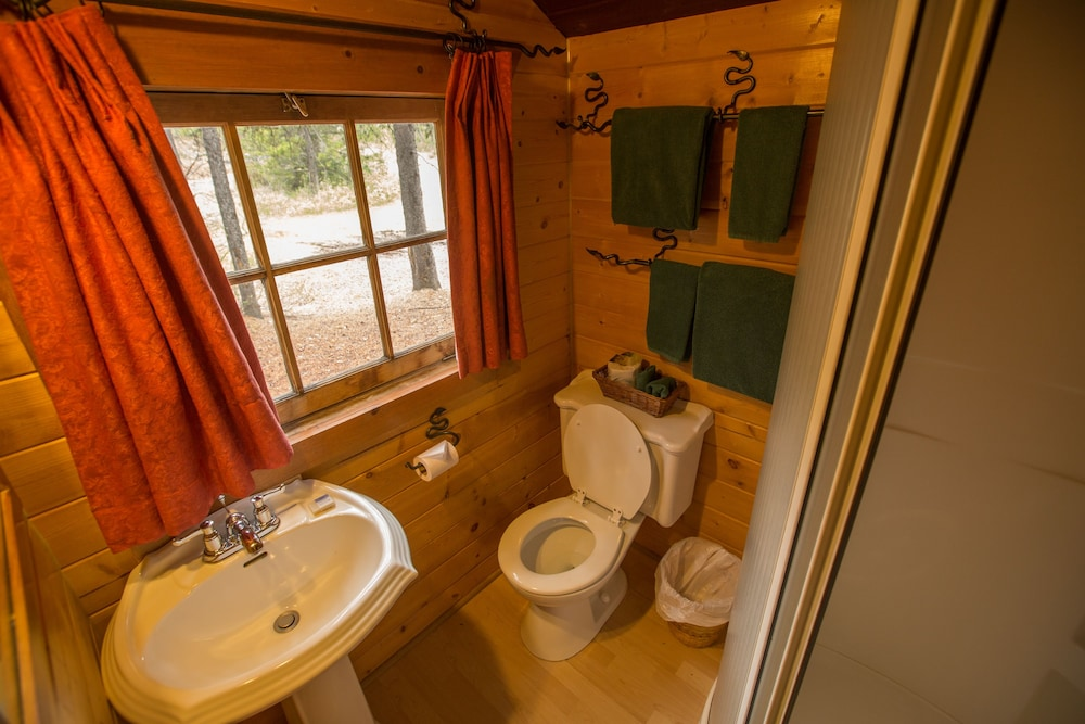 Bathroom, Storm Mountain Lodge Cabins & Dining