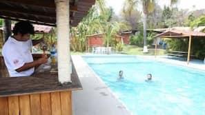 室外游泳池,08:00 至 20:30 开放,日光浴躺椅