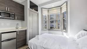 Hochwertige Bettwaren, Schreibtisch, laptopgeeigneter Arbeitsplatz