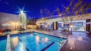 시즌별로 운영되는 야외 수영장, 06:00 ~ 21:00 오픈, 수영장 파라솔, 일광욕 의자
