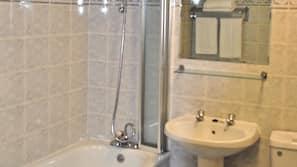 Combined shower/bathtub, free toiletries, hair dryer