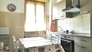 Een koelkast/vriezer, een oven, een kookplaat