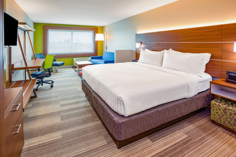 Room, Holiday Inn Express & Suites Des Moines Downtown, an IHG Hotel