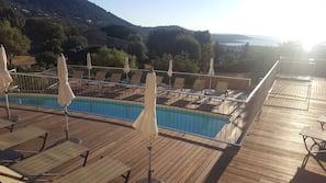 Piscine extérieure (ouverte en saison), piscine à débordement