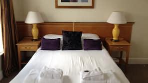 Escritorio, tabla de planchar con plancha, ropa de cama