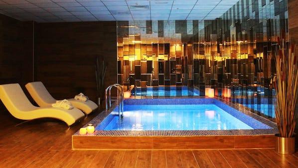 Een binnenzwembad, gratis zwembadcabana's, ligstoelen bij het zwembad