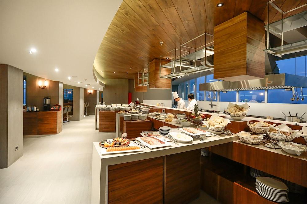 Breakfast buffet, DoubleTree by Hilton Santiago Kennedy