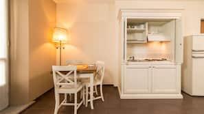 Grand réfrigérateur, micro-ondes (sur demande), chaise haute