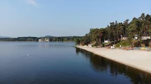 Privat strand i nærheden, hvidt sand, motorsejlads, fiskeri