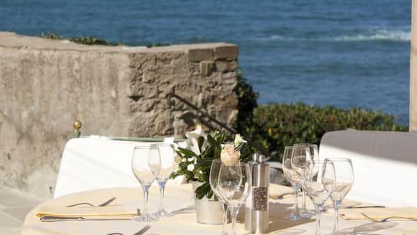 Petit-déjeuner, déjeuner et dîner servis sur place, vue sur la mer