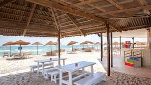 Plage, chaises longues, parasols, bar de plage