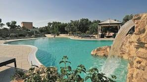 2 piscine all'aperto, una piscina con cascata, ombrelloni da piscina