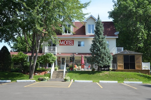 Check Expedia for Availability of Motel Derfal