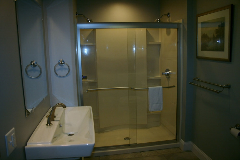 Bathroom, Shea's Riverside Inn & Motel