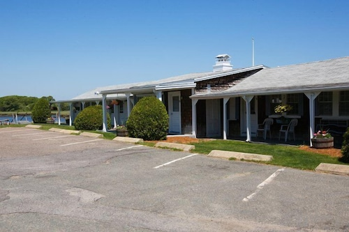 Front of Property, Shea's Riverside Inn & Motel
