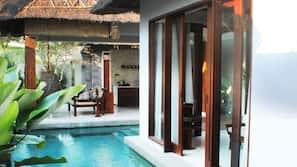Hồ bơi trong nhà, 2 hồ bơi ngoài trời