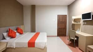 Premium bedding, desk, blackout curtains