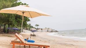 Am Strand, kostenloser Shuttle zum Strand, Liegestühle, Sonnenschirme