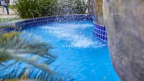 8 piscinas externas, guarda-sóis