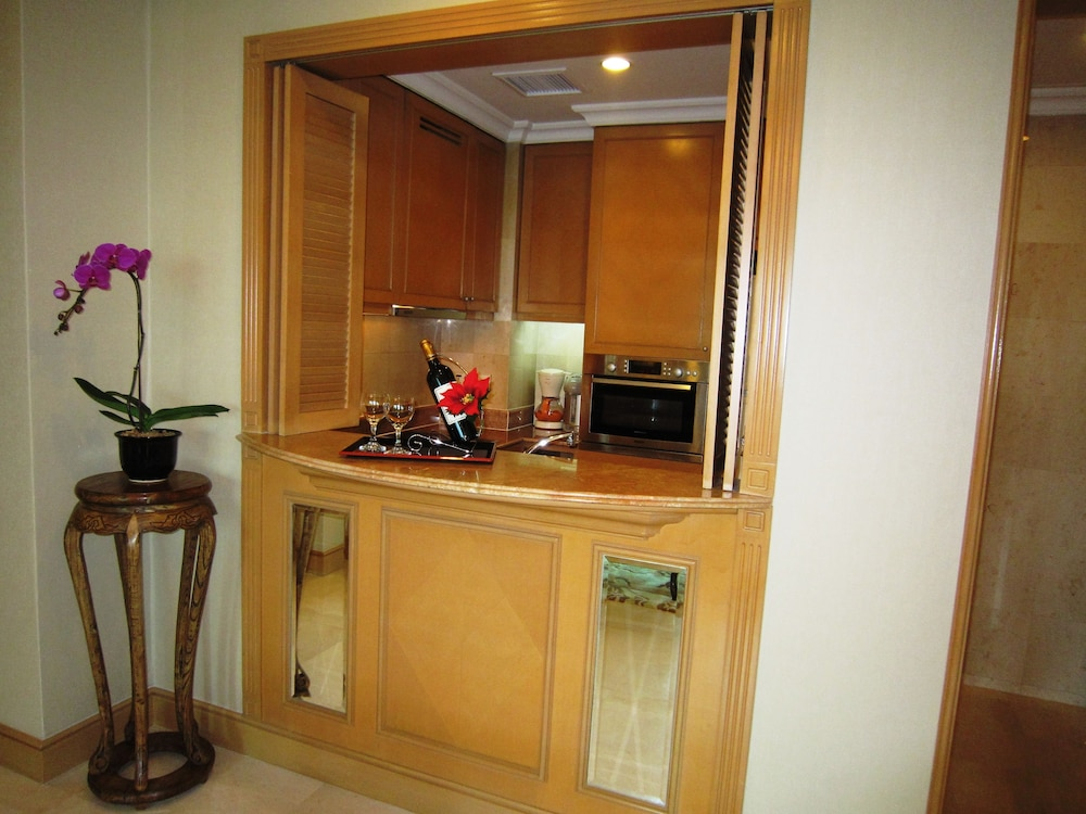Room, Shangri-La Apartments