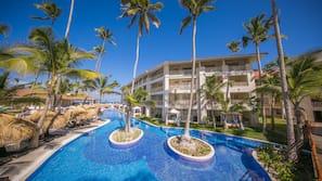 13 piscines extérieures, parasols de plage, chaises longues