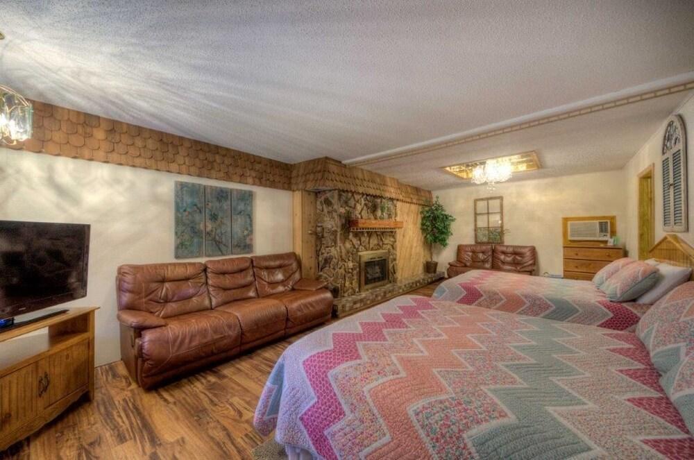 Cedar Wood Inn in Deadwood | Cheap Hotel Deals & Rates Hotel