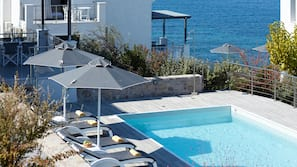 4 outdoor pools, pool umbrellas, pool loungers