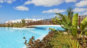 4 piscines extérieures, parasols de plage, chaises longues