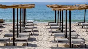 Privat strand, vit sandstrand, volleyboll och strandbar