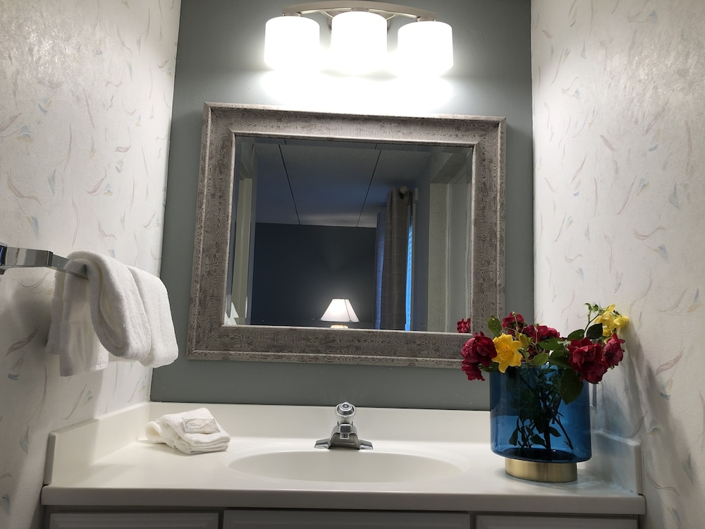 Bathroom, Hyannis Inn