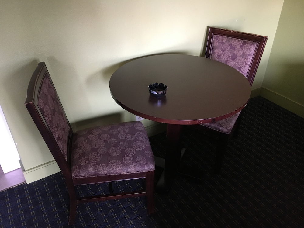 In-Room Dining, Del Amo Inn