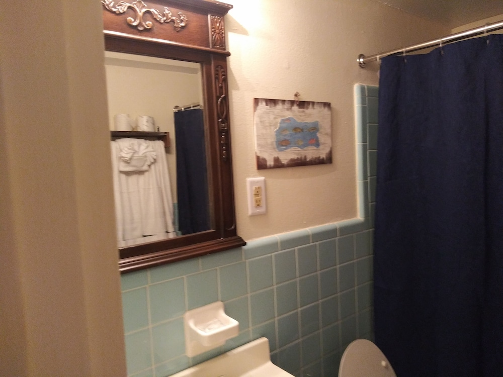 Bathroom, NOLA-GOULA Inns & Suites