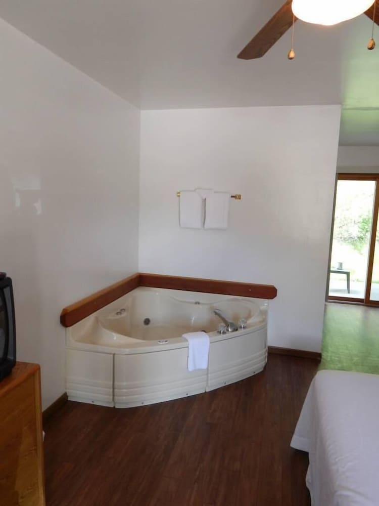 Jetted Tub, The Brookside Motel