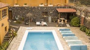 Udendørs pool, parasoller, liggestole