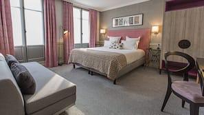 Hochwertige Bettwaren, Zimmersafe, Schreibtisch, Verdunkelungsvorhänge