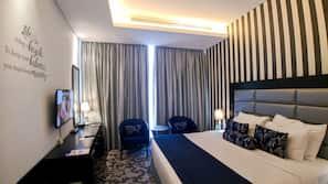 Minibar, Zimmersafe, individuell dekoriert, Schreibtisch