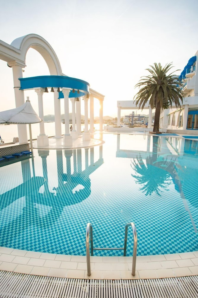 Outdoor Pool, Hotel Limani