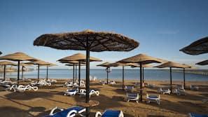 Privatstrand, Sonnenschirme, Strandtücher, Strandbar