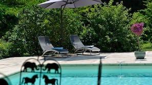 Piscine extérieure, chaises longues