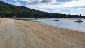 Gần bãi biển, ghế dài tắm nắng, dù trên bãi biển, khăn tắm biển
